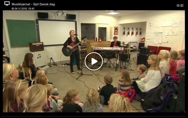 RimRaketten Duo består af June Beltoft (Huskunstnerordningen) og Thomas Thor (Koda Skolekontakt) og spiller sange skrevet af børn i indskoling og mellemtrin