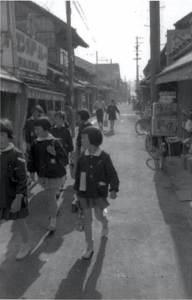 斑鳩小学校からの帰り道。昭和30年代に撮影(斑鳩町立図書館提供)