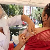 Continúan los servicios de salud con la campaña de vacunación de influenza en la entidad.