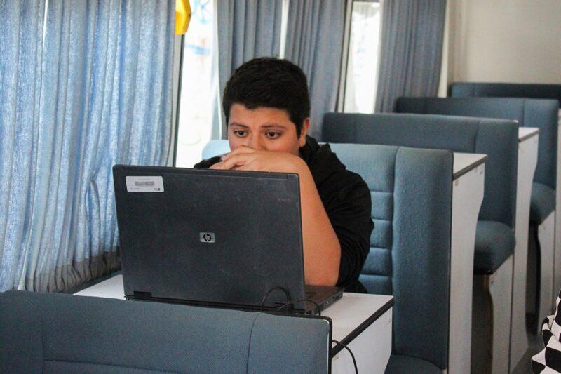 Continúa la aplicación de exámenes en línea a jóvenes y adultos
