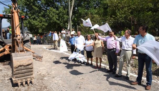 Durante la gira de trabajo que realizó por la zona Media, JMCL entregó caminos, una red de agua potable y títulos de propiedad