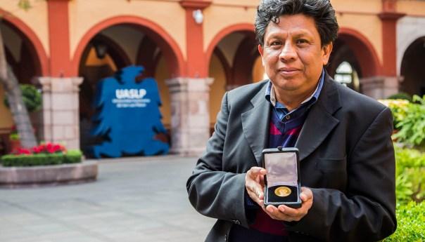 Catedrático de la UASLP reconocido con la presea Fernando Alba del Instituto de Física de la UNAM