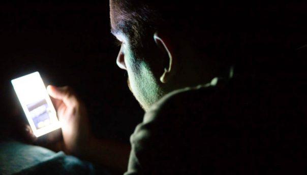 Reducir brillo en la pantalla de celulares, tabletas y computadoras previene síndrome de ojo seco