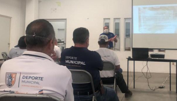 Personal de deporte municipal se capacita para mantener medidas sanitarias cuando abran espacios