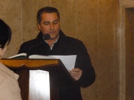 Gianfranco Dutto legge la lettera di benvenuto e presentazione della frazione