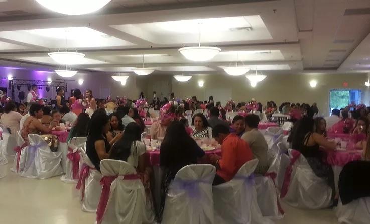 Contamos con un Amplio Salón para Banquetes