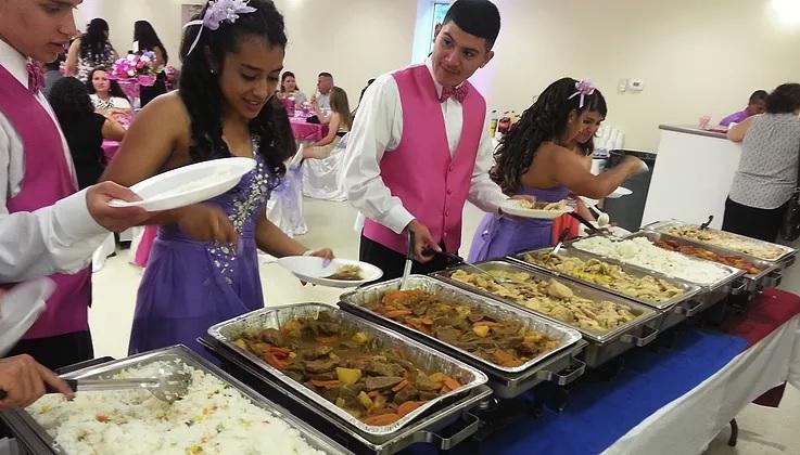 Disfrute de comida típica e internacional de acuerdo a su evento