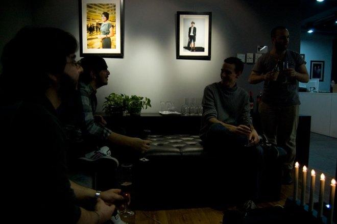 Dom här tre pratar franska, han till höger sitter bredvid Joakim
