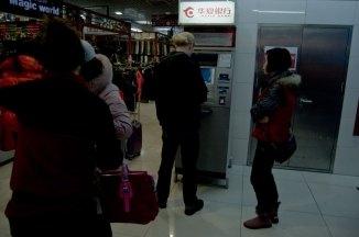Försäljaren är tjejen till höger. Väntar ivrigt på pengar, som hon typ aldrig fick.