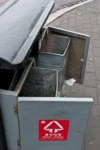 Papperskorgarna är alltid öppnade och länsade på värdefulla ting, som tomma plastflaskor och kartonger