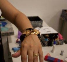Bracelete com retalho de tecido de paetê