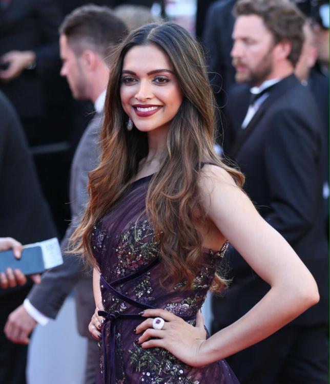 Deepika-Red-Carpet-Day1-Cannes-2017-Walk1