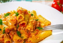 Макарони с доматен сос