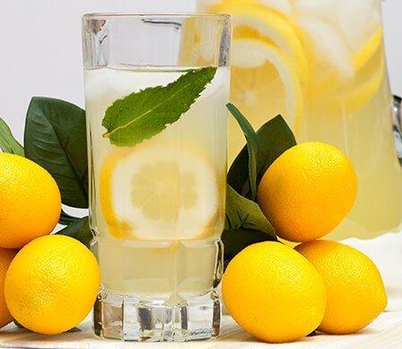 Las Razones Por Las Que Empezar El Día Con Una Taza De Agua Caliente Con Limón Es Buena Para La Salud 8
