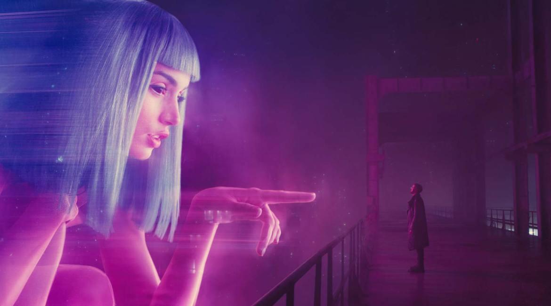 Blade Runner 2049, film de Denis Villeneuve. Photographie avec l'acteur Ryan Gosling et l'actrice Ana de Armas. Davantage sur Sansible. #sansible #bladerunner #bladerunner2049 #denisvilleneuve #sciencefiction #heritage #philipkdick