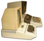 Ο Apple II με μόνιτορ δίπλα στον HP 9845A. Αν και ογκώδες, το κατά πολύ πληρέστερο και θεαματικά ισχυρότερο σύστημα της HP, η διαφορά στο μέγεθος δεν είναι τόσο έντονη.