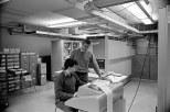 Ο Τομ Κουρτζ συνεργάζεται με τον Μάικλ Μπους την εγκατάσταση του υπολογιστή GE 225 στο κολέγιο του Ντάρτμουθ. Σε αυτόν τον υπολογιστή, ο Μπους θα σχεδιάσει το λειτουργικό σύστημα μερισμού χρόνου, που θα δοκιμαστεί παράλληλα με την BASIC το Μάιο του 1964.