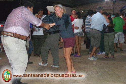 Los peregrinos enseñan a bailar chamamé a los turistas extranjeros que se acercan a presenciar este evento cultural - religioso de Corrientes