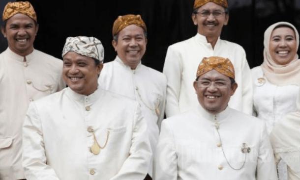 Pakaian Adat Sunda Lak-Laki Dan Perempuan Kaum Menengah