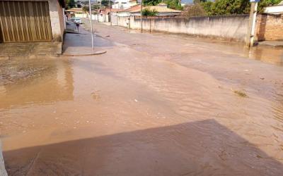 Moradores reclamam de rua alagada no Parque Jardim