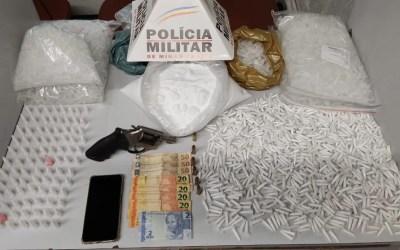 PM apreende arma e mais de mil pinos de cocaína em Divinópolis
