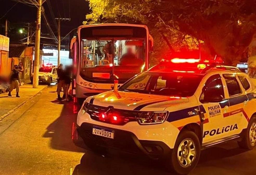 PM apreende drogas em micro-ônibus fretado para festa 'rave'