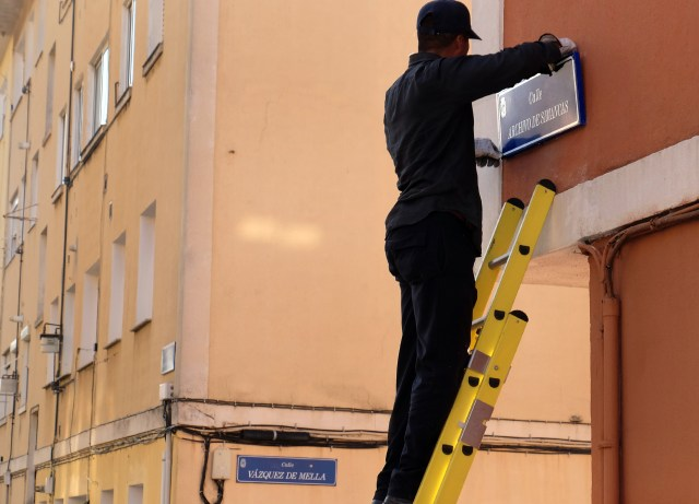 Instaladas las placas de las calles que adaptan su nombre por la Ley de Memoria Histórica