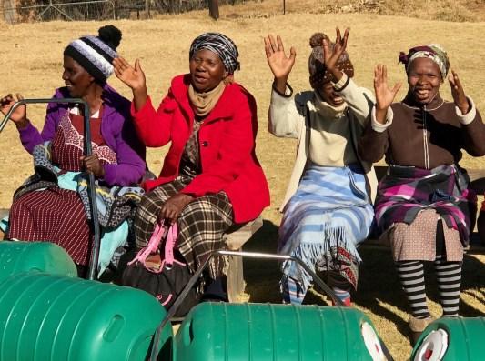 HR Four Mamas waving