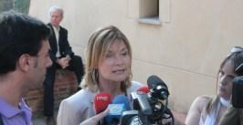 Lluïsa Moret atenent als mitjans