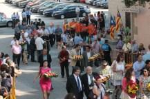Representants polítics i d'entitats ciutadanes portant els rams de flors
