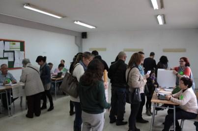 Cues davant algunes taules a l'Institut Rafael Casanova // Maria Roda