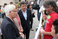Els treballadors de Valeo parlant amb el conseller de Cultura, Ferran Mascarell // David Guerrero