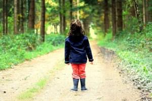 Bain de forêt enfant - une petite fille pratique shinrin-yoku