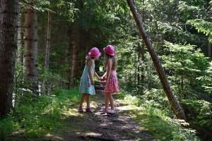enfants bois Louv - deux fillettes en forêt