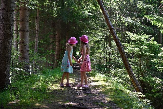 enfant bois Richard Louv - deux fillettes en forêt