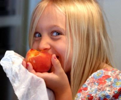 Santé environnementale alimentation enfants - manger une pêche