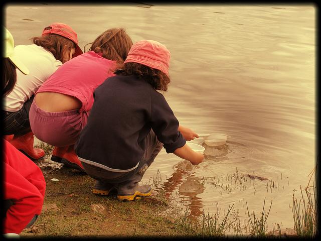 Maladies créées homme Belpomme - des enfants au bord d'un lac