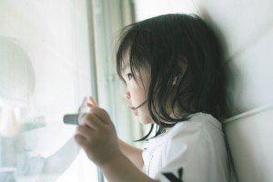 Petite fille attentive