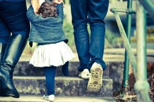 biosurveillance polluants enfants - petite fille entourée de ses parentsenfants