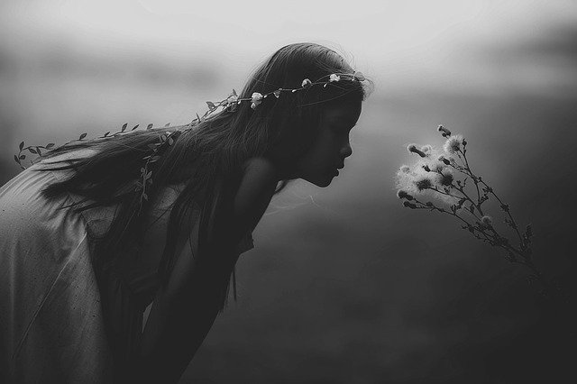 emmener enfants dehors nature - fille sentant une fleur