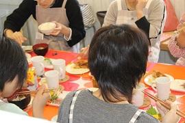 料理教室試食風景
