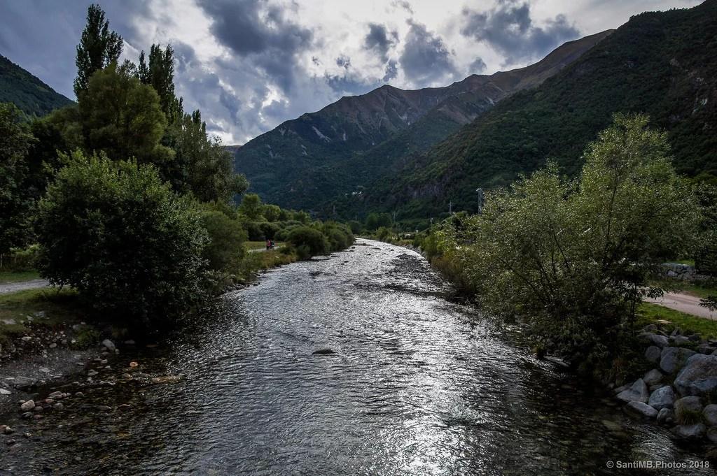 Agua que se cuela entre las montañas