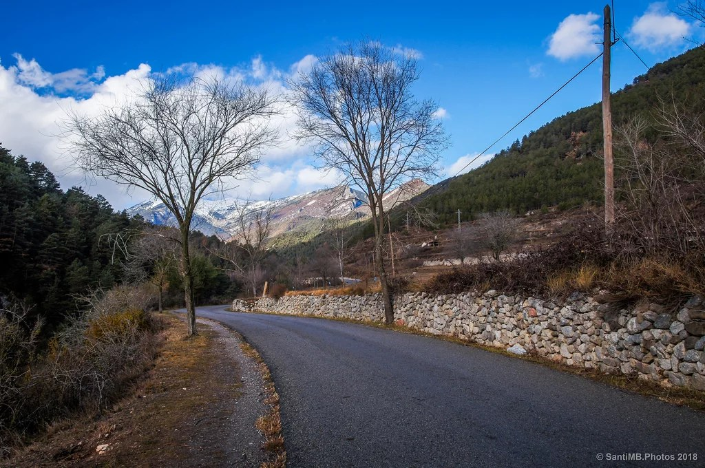 Por la orilla de la carretera