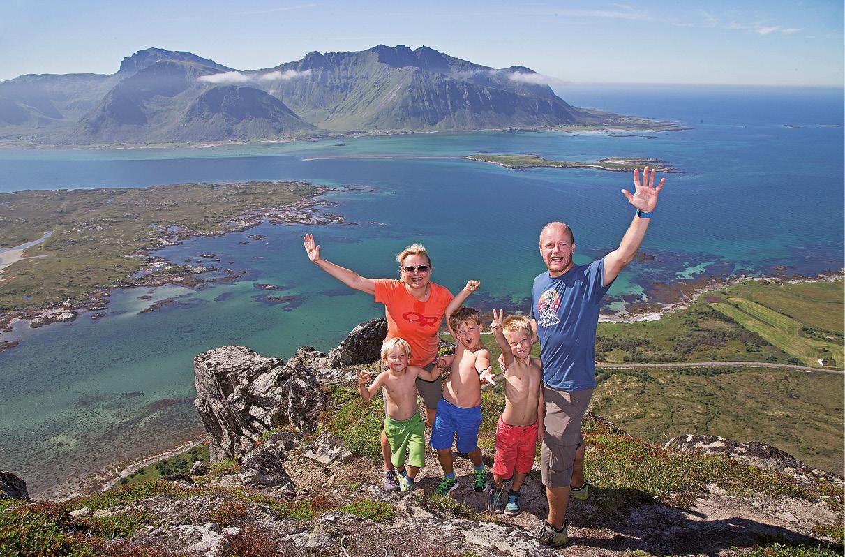 Família em férias com lago ao fundo