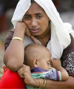 Refugiada no Bangladesh, com uma criança ao colo, fugida do estado de Rakhine, em Myanmar