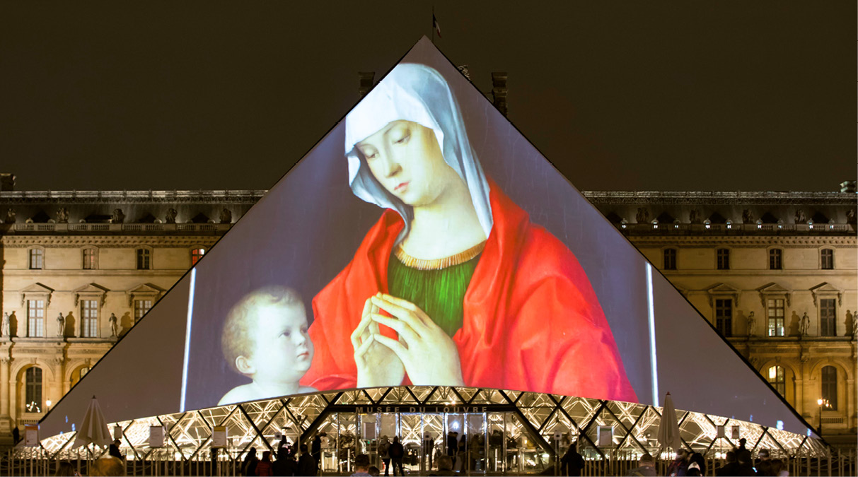 Imagem de Nossa Senhora projetada na pirâmide do museu do Louvre