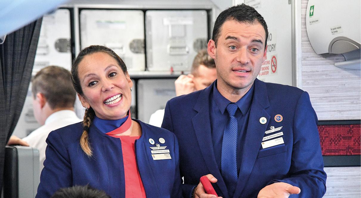Paula e Carlos, comissários de bordo, depois de terem sido casados pelo papa Francisco no voo entre Santiago e a cidade de Iquique, a norte do Chile, a 18 de janeiro de 2018.