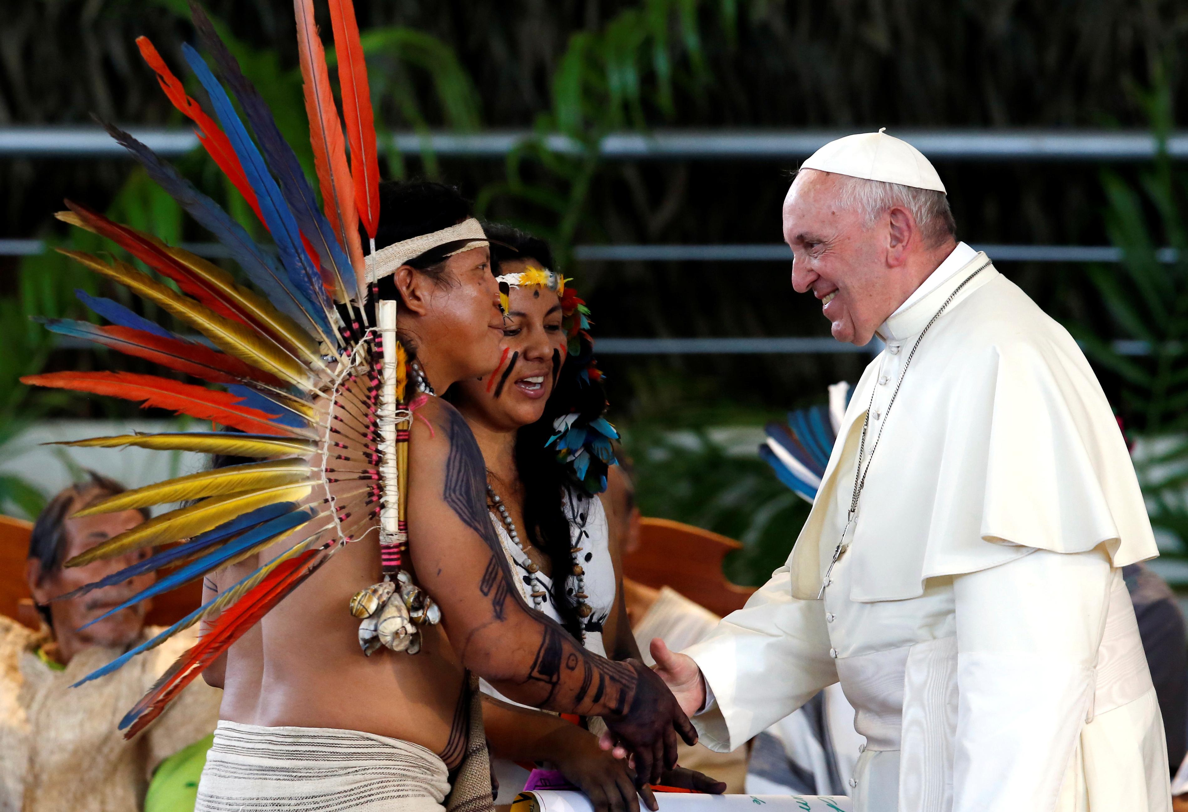 O Papa Francisco cumprimenta membros de um grupo indígena da região amazónica, no Coliseu Madre de Dios, em Puerto Maldonado, Peru. REUTERS / Henry Romero