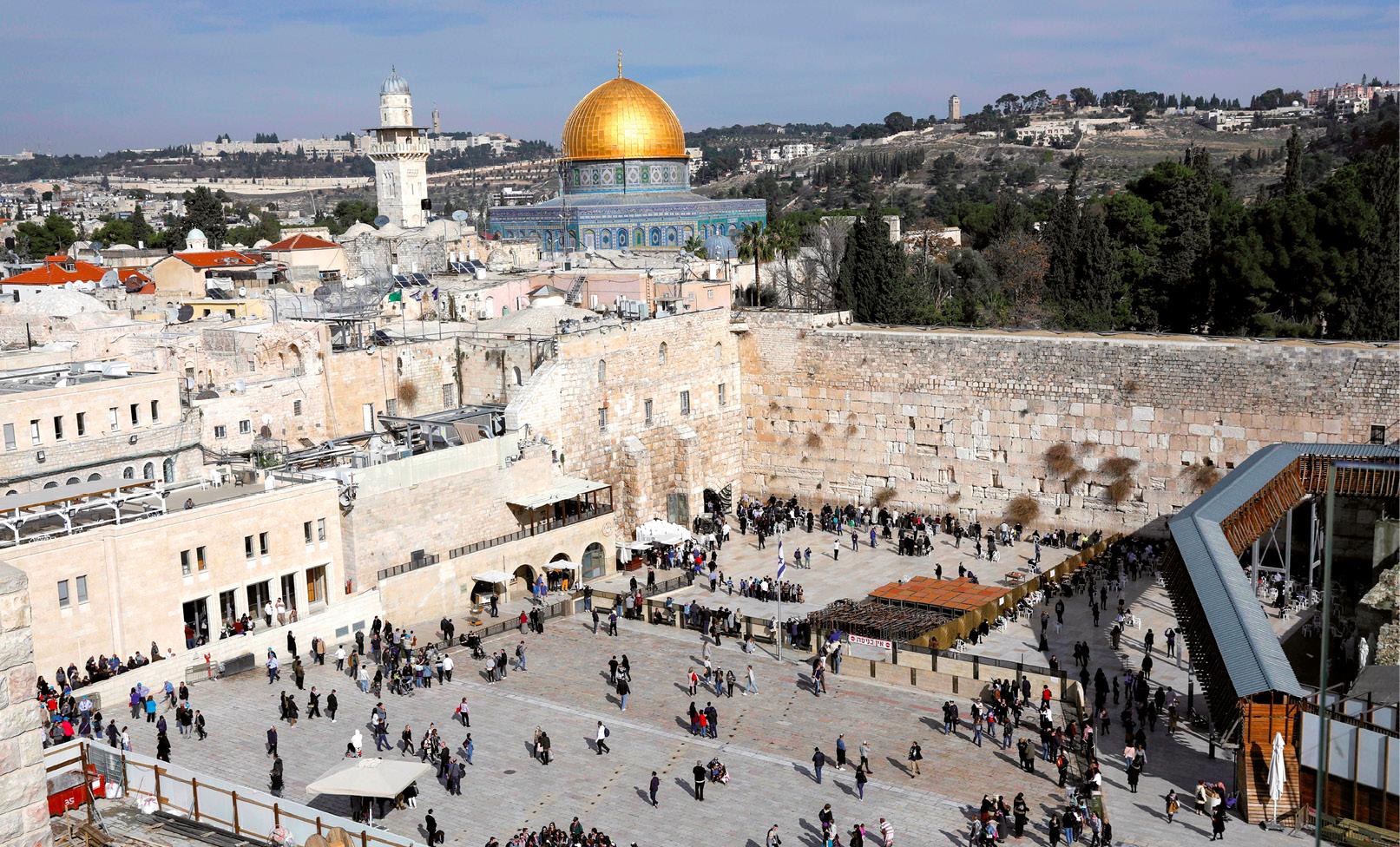 Muro Ocidental com a Cúpula da Mesquita ao fundo, na Cidade Velha de Jerusalém, janeiro de 2018. EPA / ABIR SULTAN