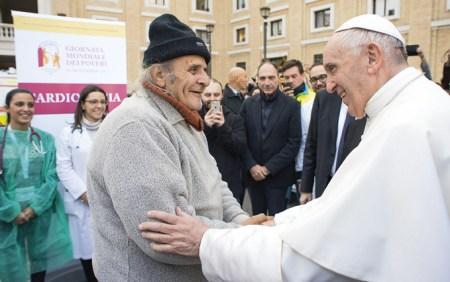 """Papa Francisco durante a visita a uma organização médica religiosa """"Presidio sanitario delle Misericordie"""", em 16 de novembro de 2017, perto do Vaticano. Foto da imprensa do Vaticano."""